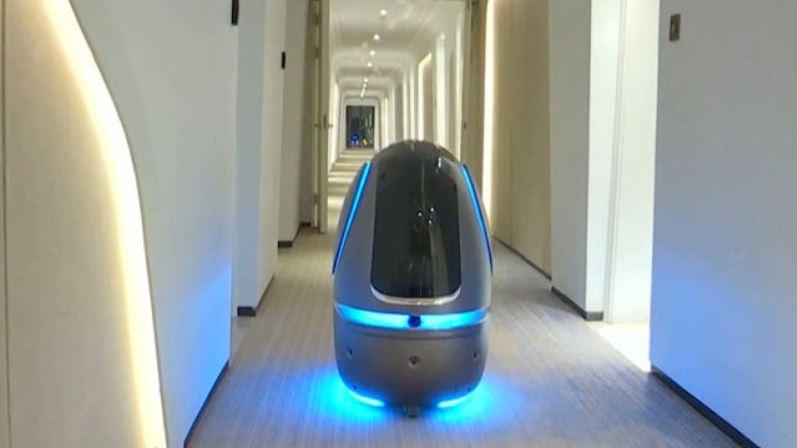 robot mayordomo recepcionista inteligente del hotel FlyZoo de Alibaba