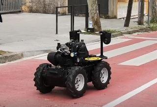 El robot policía Aquiles II patrulla por las calles de San Cugat del Valles