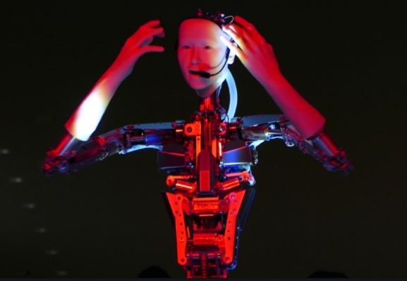 Un robot humanoide es director de orquesta sin batuta ni partitura